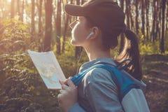 搜寻一个正确的方式的游人使用地图 免版税图库摄影
