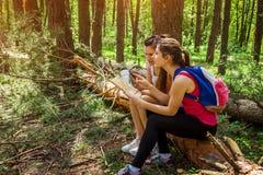 搜寻一个正确的方式的游人使用地图 图库摄影