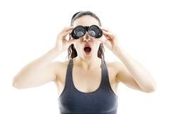 搜寻与双筒望远镜的美丽的妇女 免版税库存照片