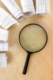 搜寻与放大镜,寻找在书的信息,图纸,杂志 审计检查 复制空间文本 图库摄影