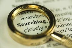 搜寻与特写镜头金黄放大镜的概念 免版税图库摄影