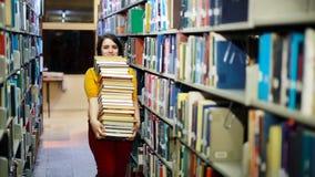 搜寻书的困厄的女孩 免版税库存照片