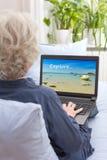 搜寻假日旅行的妇女膝上型计算机 免版税库存图片