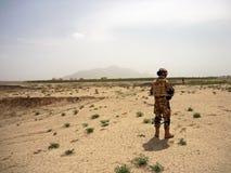 搜寻区域的战士在一个村庄附近在阿富汗 库存照片