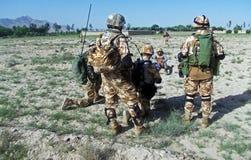 搜寻区域的战士在一个村庄附近在阿富汗 免版税库存图片