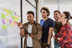 搜寻天才企业想法的创造性的队 库存图片