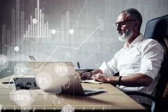 搜寻巨大企业解答的成人有胡子的商人的概念在现代工作场所 屏幕全球性真正象 库存照片