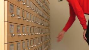 搜寻文件或纪录的妇女 股票视频