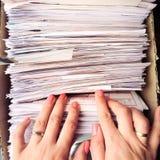 搜寻文件的妇女 免版税库存照片