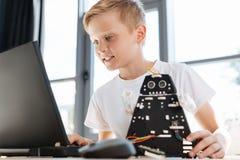 搜寻新的机器人学想法的青春期前的男孩 免版税库存照片