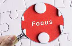 搜寻缺掉难题和平焦点的放大镜 库存照片