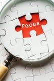 搜寻缺掉难题和平焦点的放大镜 免版税库存图片
