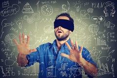 搜寻走通过社会媒介财务数据的蒙住眼睛的年轻商人计划 免版税库存图片