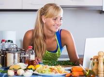 搜寻食谱的妇女在互联网 库存照片