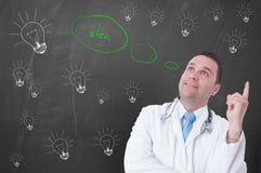 搞到想法或解答的愉快的年轻医生 库存图片