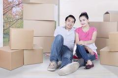 搬入一个新房的年轻夫妇 免版税库存图片