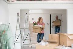 搬入一个新的家的年轻夫妇 库存照片