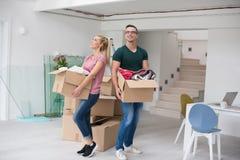 搬入一个新的家的年轻夫妇 库存图片