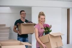 搬入一个新的家的年轻夫妇 免版税库存图片