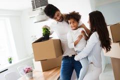 搬入他们新的家的家庭 免版税库存照片