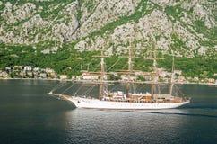 搬入口岸的一朵四被上船桅的帆船海云彩  库存照片