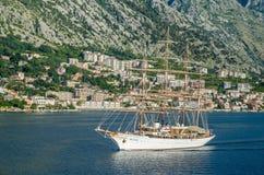 搬入口岸的一朵四被上船桅的帆船海云彩  免版税库存图片