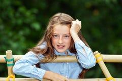 搬入成年 少年女孩室外的纵向 免版税库存图片