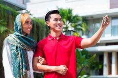搬入房子的亚洲回教夫妇 免版税图库摄影