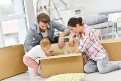 年轻搬入新房的家庭箱中取出的事 库存照片