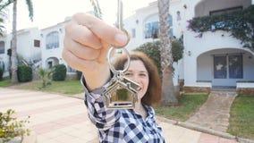 搬入新的家的愉快的少妇 显示新的物产钥匙  股票视频