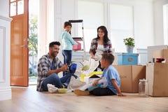 搬入新的家的西班牙家庭 免版税库存照片