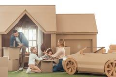 搬入新的纸板房子的年轻家庭 图库摄影