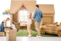 搬入新的纸板房子的beautiul年轻家庭 库存图片