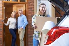 搬出父母的家的成人女儿 免版税库存照片