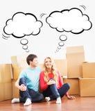 搬到一个新的家的年轻夫妇 免版税库存图片