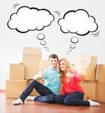 搬到一个新的家的年轻夫妇 库存图片