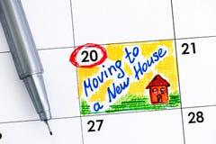 搬到日历的一个新房的提示与笔 库存照片