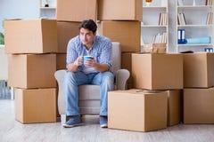 搬到有箱子的新房的年轻人 库存图片