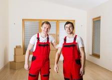 搬家工人在新房里 免版税图库摄影
