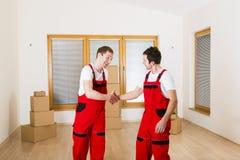 搬家工人在新房里 免版税库存图片