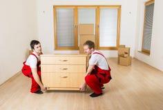 搬家工人在新房里 库存图片