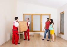 搬家工人在新房里 免版税库存照片