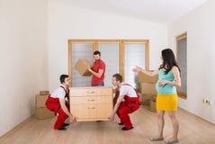 搬家工人在新房里 库存照片