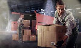 搬家工人在仓库里 免版税库存图片
