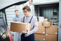 搬家工人客户的装货汽车 库存图片