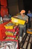 搬运工努力工作装载渔场丰足篮子在Binh Dien批发夜海鲜市场,最大一个上在V 图库摄影