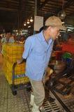 搬运工努力工作装载渔场丰足篮子在Binh Dien批发夜海鲜市场,最大一个上在V 库存图片