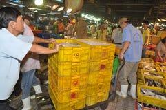 搬运工努力工作装载渔场丰足篮子在Binh Dien批发夜海鲜市场,最大一个上在V 免版税库存照片