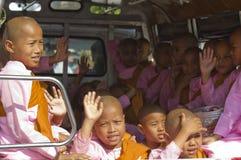 搬运车的小女孩修士 库存图片