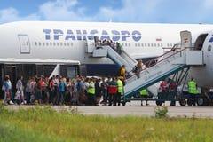 搭乘的乘客对Transaero航空公司飞机  免版税库存照片